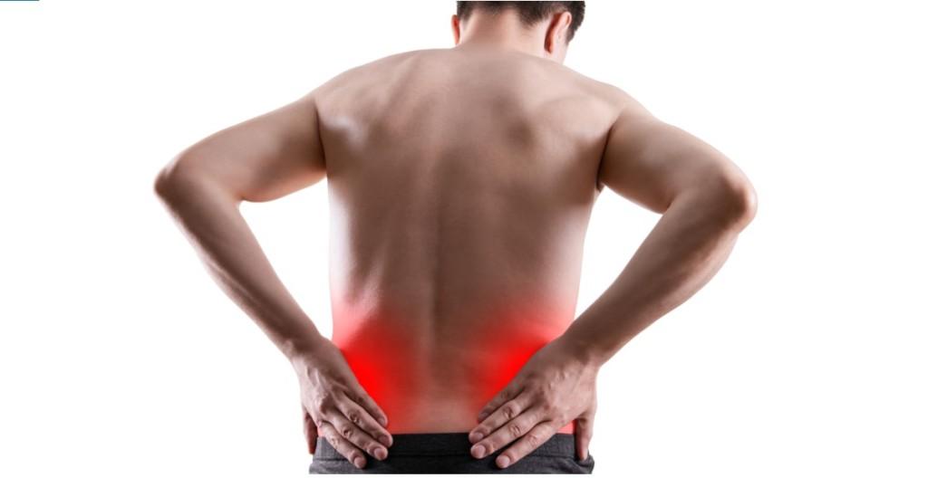 hombre con dolor en la parte baja de la espalda